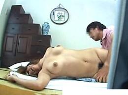 黒乳首のムチムチ人妻が出張マッサージの高速手マンに痙攣アクメ