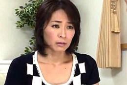 息子の前で3P陵辱されアヘアヘで連続痙攣イカされる美熟女!矢部寿恵