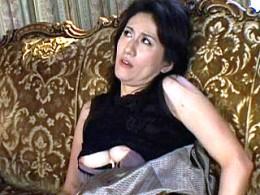 美熟女マダムが2穴同時挿入でアナル処女を開発されアヘ顔絶叫痙攣イキ!大城真澄