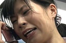 背の高い新人OLが電車内で電流陵辱され汗だくで潮吹き足ガク痙攣!青山沙希