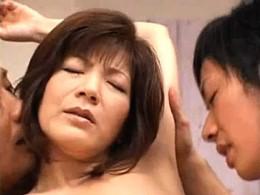 妖艶な高齢熟女の人妻が夫の部下と3Pエッチで激痙攣イキまくり!広瀬ゆかり