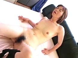 セックスをおねだりする美熟女が高速手マンで潮吹きお漏らし腰砕け