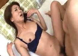 黒乳首の美人継母が息子に迫られ潮吹き中出し痙攣!艶堂しほり