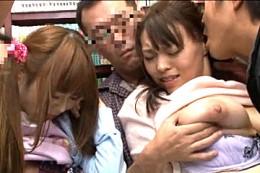 本屋で集団陵辱される巨乳母とJK娘が潮吹き痙攣アクメ!榊なち・中森玲子
