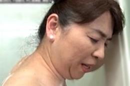 豊満で巨乳の高齢熟女がガン突き中出しでガクガク大痙攣イキ!田村みゆき