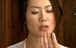 息子の同級生の若い肉棒に狂う母親がガクガク痙攣イキ!東条美菜・友田真希