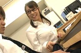 メガネ教師が放課後の図書室で男子生徒を誘惑して足ガク痙攣イキ!三井カンナ