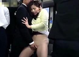 美人女子大生が満員バスで高速手マンされ足ガク痙攣腰砕け!佐々木恋海2