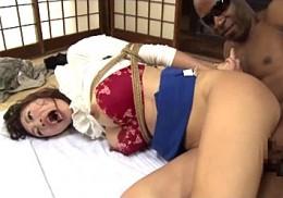 夫の前で黒人巨根に貫かれアヘ顔絶叫で中出し痙攣する巨乳人妻!小早川怜子