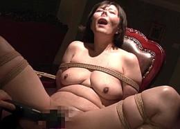 膣口におしっこ浴びて大量ザーメンごっくんしながら痙攣イキ狂うドM変態熟女!円城ひとみ