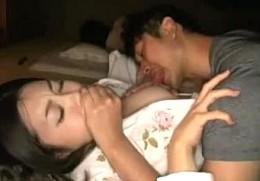 思春期の甥に寝ている夫の隣で夜這いされガクガク激痙攣アクメする美人の叔母