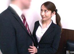痴女教師が学校で同僚に股がり美尻を振ってヒクヒク痙攣イキ!音羽レオン