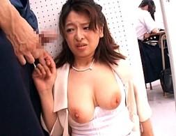 授業参観に出席した巨乳の母親が陵辱され声を我慢して何度も腰砕け!中園貴代美