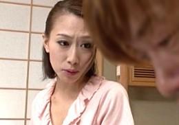 連れ子の強烈ピストンに溺れる細身熟女が連続痙攣アクメ!柳田やよい2
