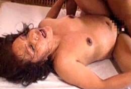 貞淑な高齢熟女が激しいピストンに全身汗だく激痙攣イキまくる初撮り!加藤貴子