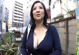 120cm爆乳人妻が3年ぶりのセックスに目の色変え潮吹き痙攣アクメ!秋吉多恵子2
