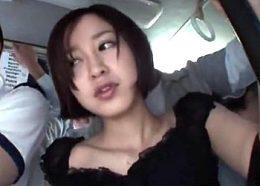満員バスの中で美人妻が旦那の部下に突っ込まれヒクヒク痙攣!篠田ゆう