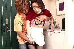 若い不倫相手との激しいセックスにハマる色っぽい専業主婦!藤咲沙耶