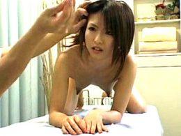 子持ち若妻が整体院で母乳を絞られ高速手マンでピクピク痙攣強制中出し!花純