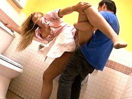 カフェで働く金髪美女がトイレに連れ込まれ陵辱されガクガク痙攣腰砕け