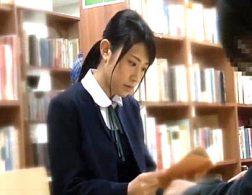 優等生の美人JKが図書館で中年オヤジに即ズボされ潮吹き痙攣!椎名茉友