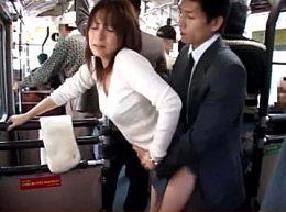 通勤バスで勃起チ○ポを擦り付けられ発情する妖艶人妻!白坂百合