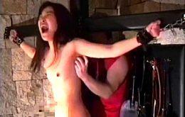 両手足を拘束され30分間くすぐり拷問を受け奇声をあげる貧乳おばさん