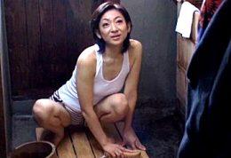 寒い冬場はセックスで体を温めるエコ熟女!熱いザーメンでヒクヒク痙攣!小池絵美子