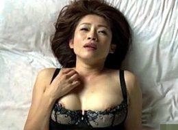 平凡な専業主婦が旦那友人との不倫セックスに溺れ、羞恥心を刺激する卑猥な下着姿で女に返り咲く!友田真希