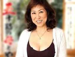巨根で激しく突かれ弛んだ腹の肉をリアル痙攣させるエロケバい高齢熟女!岡田久美子