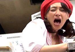 仕事中にイケメンバイトの勃起したチンポに興奮して浮気するパート主婦!潮吹き痙攣イキまくり!安野由美
