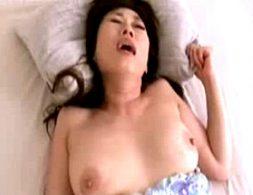 ピンク乳首の巨乳熟女が若いセフレとハメ撮りでビクビク痙攣!関口恵都子