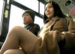 清楚な美女は露出狂痴女!バスの中で男を逆痴漢して潮吹き痙攣アクメ!北谷静香