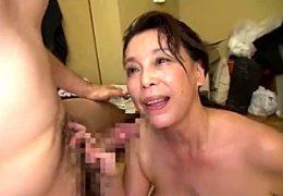 垂れ乳高齢熟女の家政婦が中出しサービスでガクガク痙攣イキ!青井マリ