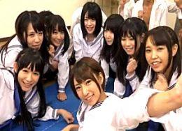 8人のセーラー服JKが教室で大量ハメ潮吹き痙攣中出し大乱交!