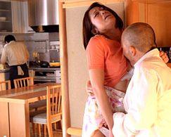 夫の側で絶倫の元カレに寝取られ声を我慢しながらビクビク痙攣イカされる熟女人妻!友田真希