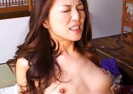 美熟女が細い体に若いチンポを激しく打ち込まれ中出し痙攣!河合律子・真田友里