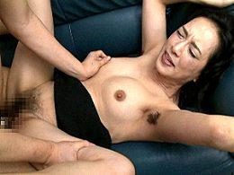上品な高齢熟女OLがボーボーの腋毛を晒して、激ピストンでガクガク痙攣マジイカされまくる!服部圭子
