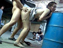 廃墟に連れ込まれ娘の前で凌辱魔に連続ビクビク痙攣イカされまくる母親!