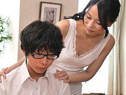 性教育のはずがガチガチ童貞チンポで中出し痙攣イカされる貧乳熟女!井上綾子