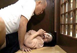 夫の側で義兄の強烈ファックに中出し痙攣で寝取られる不貞妻!岩佐あゆみ