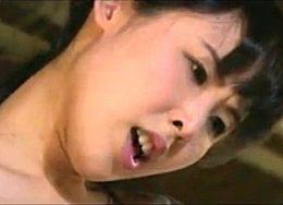 女兵士2人が捕虜に股がり逆レイプ!ガクガク痙攣イキまくる!横山夏希・天野小雪