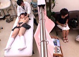 母親と婦人科検診に来たJK娘が医師に中出し凌辱されザーメン垂れ流しピクピク痙攣!