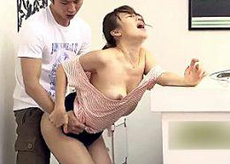 美人のアルバイト店員が仕事中に店長に激ピストンされ汗だくで連続痙攣イキまくり!本田莉子