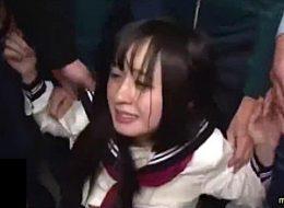美少女JKが満員電車で6人の中年オヤジに集団凌辱され潮吹きガクガク痙攣イカされまくる!星空もあ