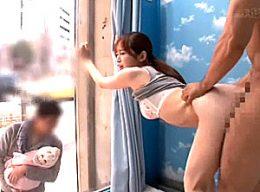 MM号の外に旦那と子供を待たせ連続中出しエッチを楽しむロケット巨乳人妻!篠田ゆう