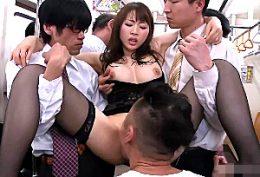 美人妻が電車の中の集団凌辱で快楽漬けにされ3Pビクビク痙攣イキ!本田岬
