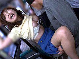 満員バスでデカ乳輪の巨乳女子大生が凌辱されガクガク痙攣腰砕け!尾上若葉・かなで自由
