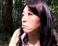 青姦とカーセックスでビクビク痙攣イキまくる高齢熟女の母親!岡田智恵子
