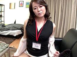 色っぽい上品な高齢熟女が枕営業で若い男性客に突かれ瞳孔開きガクガク激痙攣マジイキまくり!栗野葉子